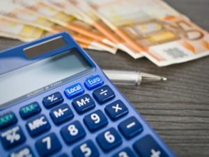 8 calc fot 330x248 300x225 Μείωση των προστίμων για εκπρόθεσμη υποβολή δηλώσεων ΦΠΑ και μη έκδοση αποδείξεων